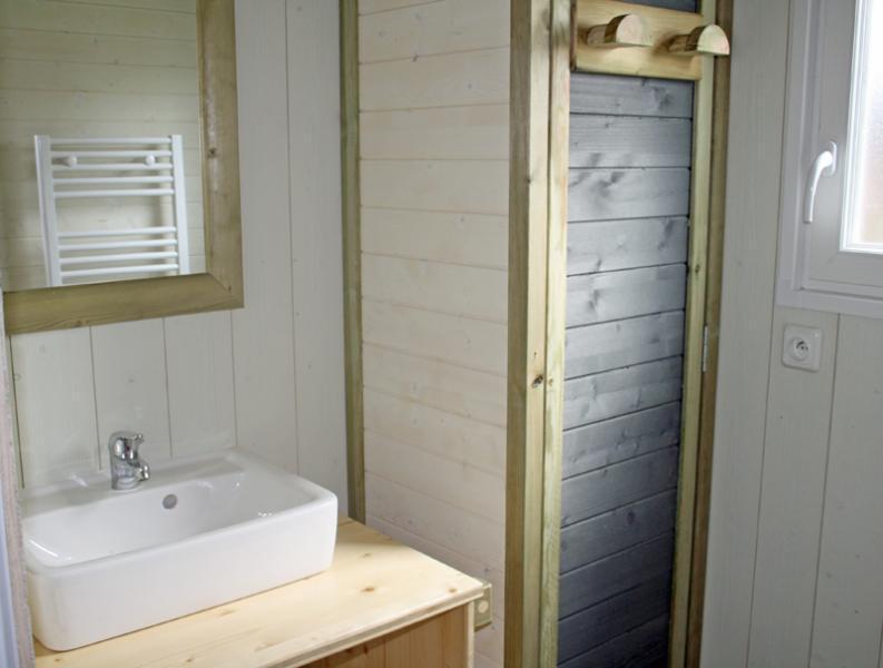 Lodge-chalet-insolite-6-personnes-avec-douche-camping-secondigny-bonnes-vacances-sarl