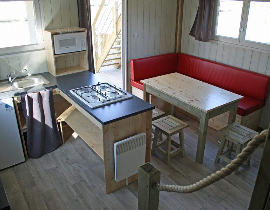 Lodge-chalet-insolite-6-personnes-avec-sejour-cuisine-camping-secondigny-bonnes-vacances-sarl