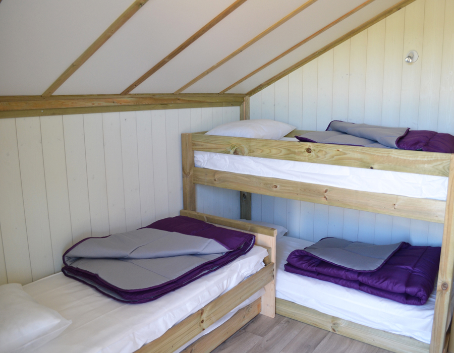 Lodge-chalet-insolite-6-personnes-chambres-enfants-camping-secondigny-bonnes-vacances-sarl