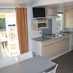 location-mobil-home-2-chambres-5-personnes-cuisine-camping-le-bosc-bonnes-vacances-sarl