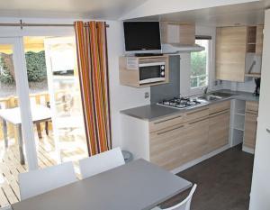 location-mobil-home-2-chambres-5-personnes-cuisine-camping-secondigny-bonnes-vacances-sarl