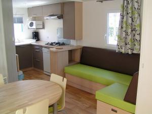 location-mobil-home-2-chambres-confort-plus-cuisine-deux-sevres-bonnes-vacances-sarl