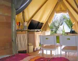 location-tipi-insolite-2-chambres-4-personnes-avec-cuisine-camping-nature-bonnes-vacances-sarl