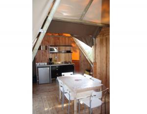 location-tipi-insolite-6-personnes-cuisine-camping-nature-bonnes-vacances-sarl