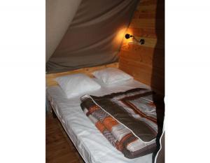 location-tipi-insolite-6-personnes-lit-double-camping-nature-bonnes-vacances-sarl