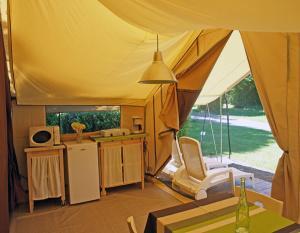 tente-meublee-2-chambres-avec-cuisine-camping-deux-sevres-bonnes-vacances-sarl